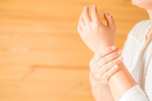 Sebagai tempat nadi, pergelangan tangan mampu menjaga aroma parfum yang disemprotkan dengan sangat baik.