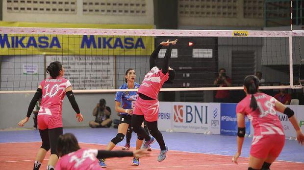 Shinta Ainni Fathurrahmi jadi pemain pertama yang mengenakan hijab di level profesional di liga bola voli Indonesia.