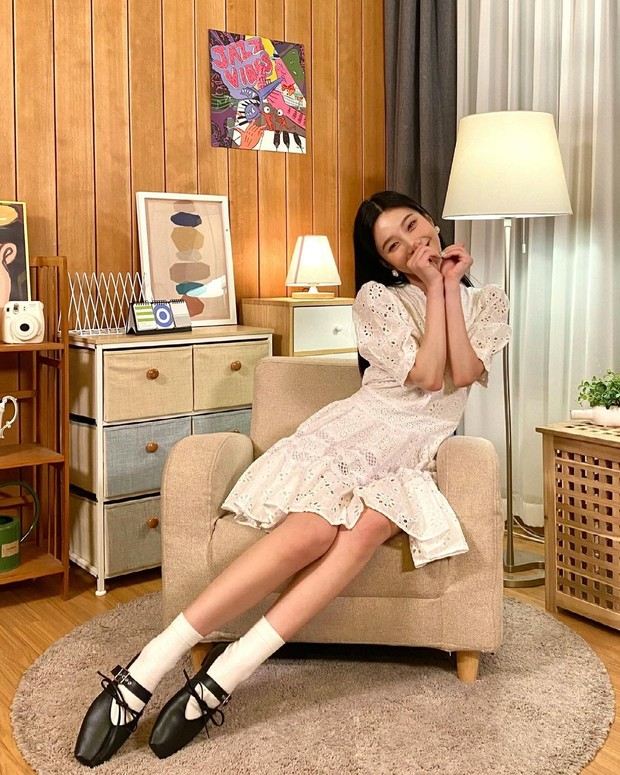 Dalam penampilannya kali ini, Joy memperlihatkan gayanya yang imut dan cantik dengan skater dress yang berwarna putih.