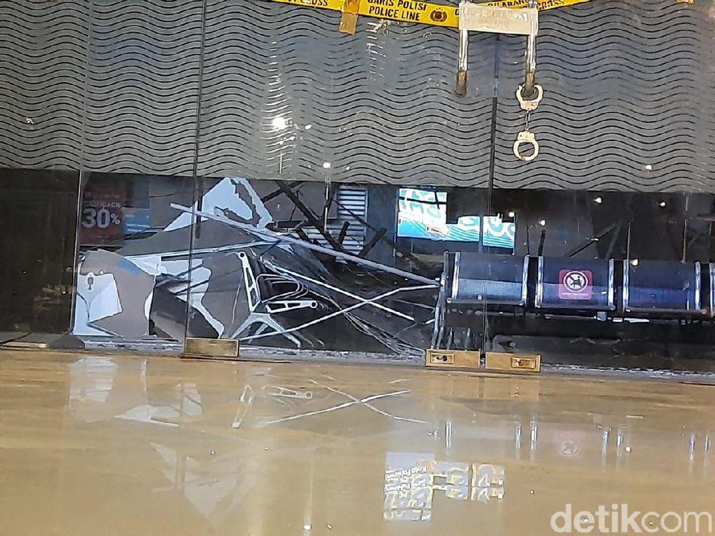Pembersihan Puing Reruntuhan Plafon Stasiun Pasar Turi Dituntaskan Malam Ini