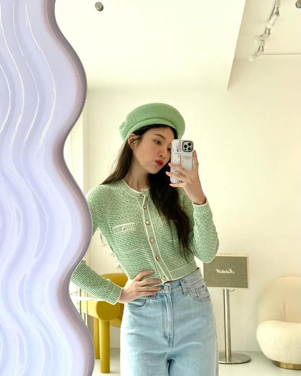Joy memilih tweed cardigan berwarna hijau dari Chanel yang dikombinasikan dengan loose wide jeans, membuat penampilanya terlihat casual tetapi juga girly.