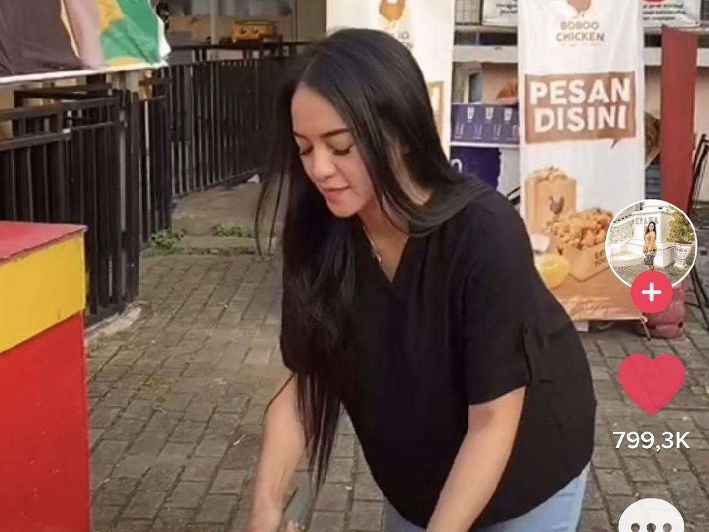 Viral Penjual Es Kelapa Muda Cantik Asal Samarinda, Bikin Salfok Saat Puasa