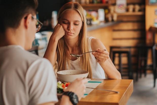 Memiliki dan menghabiskan waktu bersama pasangan itu bagus, tetapi terlalu banyak menghabiskan waktu bersama bisa membuat kamu sesak.