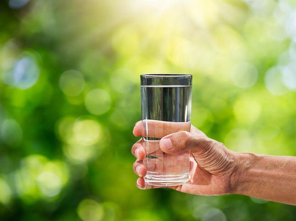Hadits Larangan Minum Sambil Berdiri dalam Islam, Berikut Penjelasannya