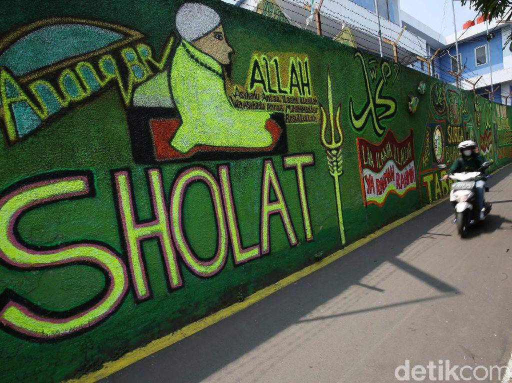 Gang Sempit di Jakarta Ini Dihias Mural Bernuansa Islami