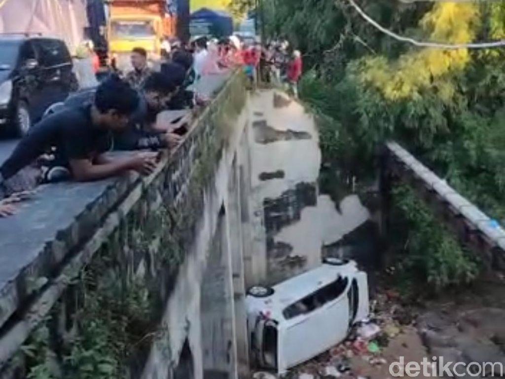 Mobil Jatuh dari Jembatan di Probolinggo, 3 Orang Luka-luka