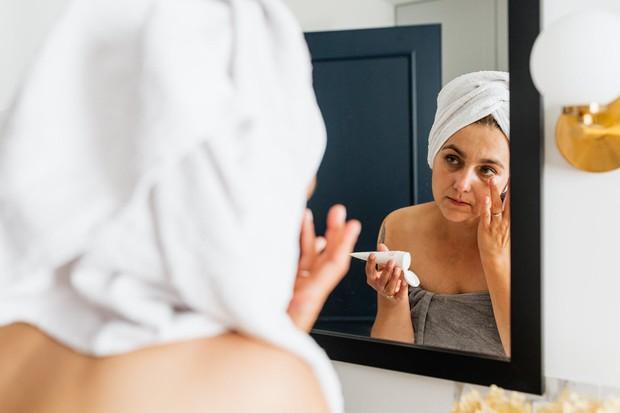 salicylic acid, benzoyl peroxide dan sulfur dapat mengeringkan kulit kamu dan memicu menghasilkan lebi banyak minyak yang kemudian di susul jerawat.