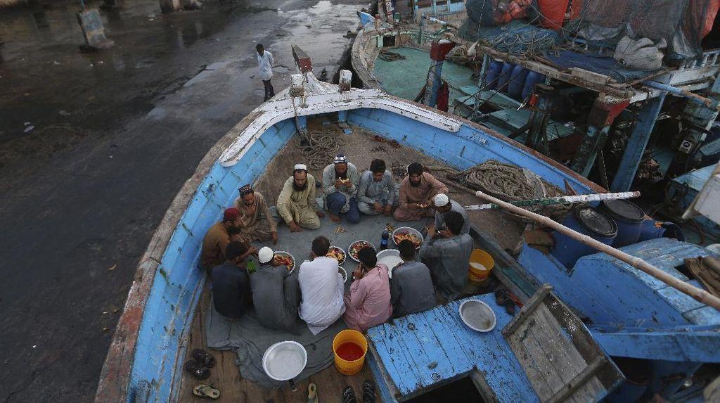 Potret Nelayan Pakistan Saat Buka Puasa di Atas Kapal