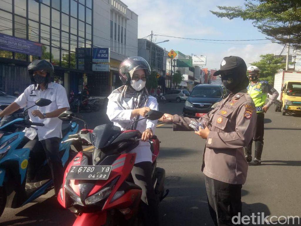 Peringati Hari Kartini, Polwan Bagi-bagi Bunga di Banjar