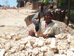Potret Wanita-wanita Perkasa Pemecah Batu di Tuban