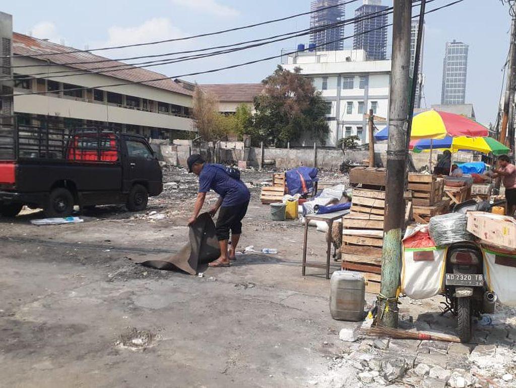 Garis Polisi Dibuka, Puing Kebakaran Pasar Kambing Dibersihkan