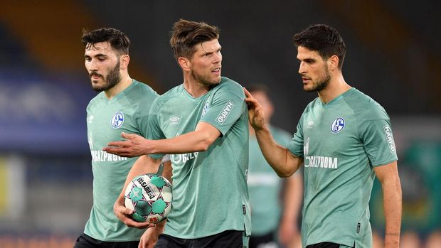 BIELEFELD, GERMANY - APRIL 20: Sead Kolasinac, Klaas Jan Huntelaar and Goncalo Paciencia of FC Schalke 04  react during the Bundesliga match between DSC Arminia Bielefeld and FC Schalke 04 at Schueco Arena on April 20, 2021 in Bielefeld, Germany. Sporting stadiums around Germany remain under strict restrictions due to the Coronavirus Pandemic as Government social distancing laws prohibit fans inside venues resulting in games being played behind closed doors. (Photo by Frederic Scheidemann/Getty Images)