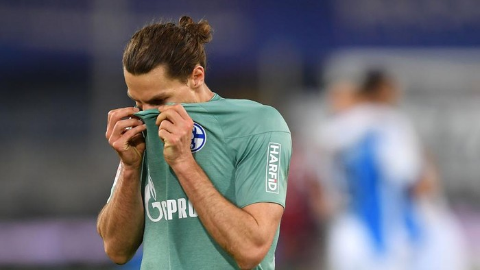 BIELEFELD, GERMANY - APRIL 20: Benjamin Stambouli of FC Schalke 04  looks dejected after during the Bundesliga match between DSC Arminia Bielefeld and FC Schalke 04 at Schueco Arena on April 20, 2021 in Bielefeld, Germany. Sporting stadiums around Germany remain under strict restrictions due to the Coronavirus Pandemic as Government social distancing laws prohibit fans inside venues resulting in games being played behind closed doors. (Photo by Frederic Scheidemann/Getty Images)