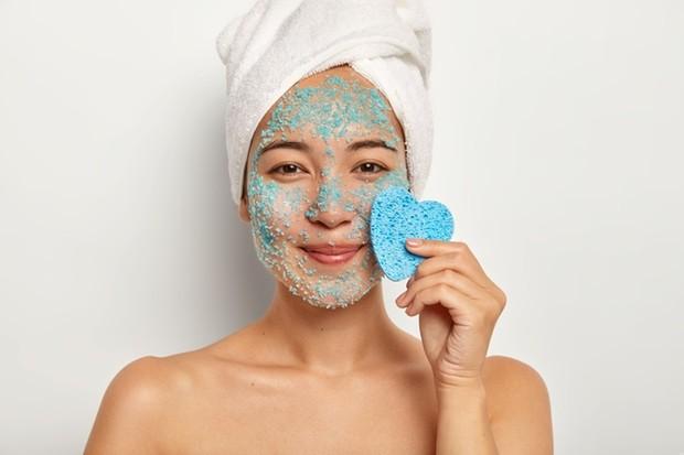 Bukannya membuat wajah semakin halus, justru scrub terlalu sering hanya akan membuat jerawat kamu bertambah buruk.
