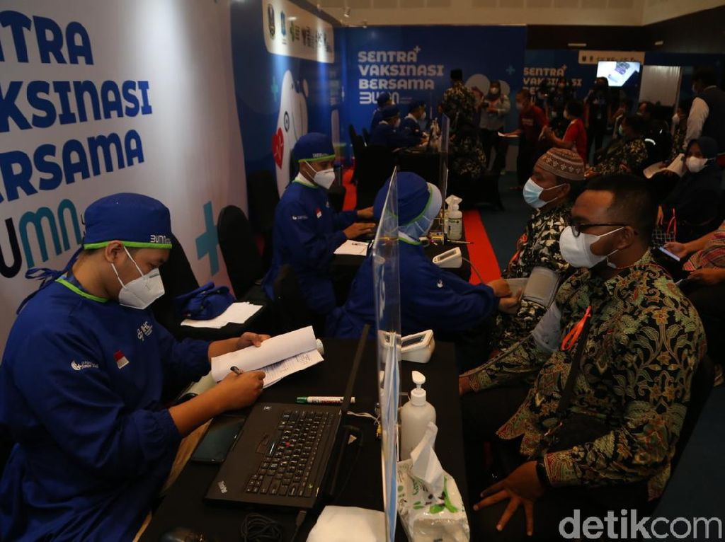 Antusiasme Guru di Surabaya Divaksin COVID-19 Jelang Sekolah Tatap Muka