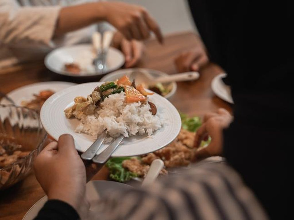 Jangan Kalap! Ini Dampak Makan Berlebihan Saat Sahur