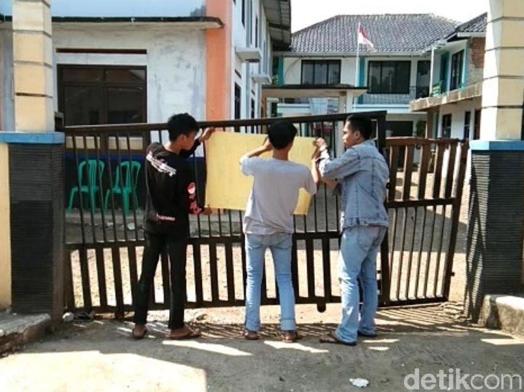 Warga Cianjur Segel Kantor Desa Gegara Kades Menyinggung Ulama