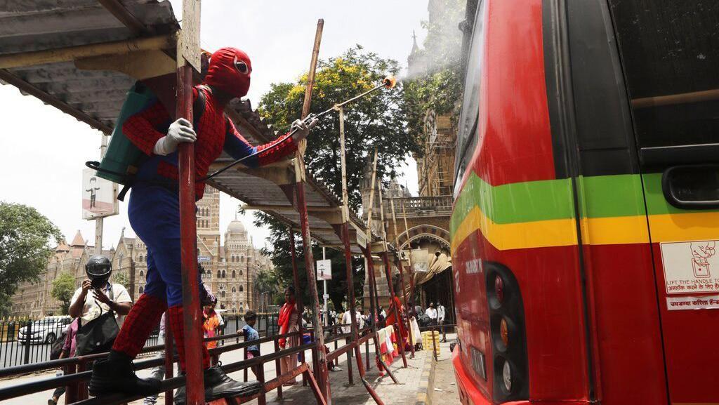 Ada Spiderman Semprot Disinfektan di India