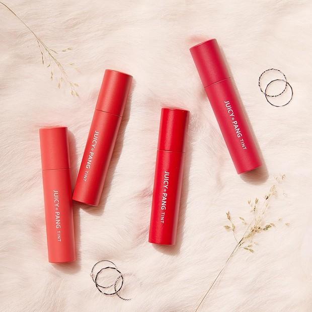 Kamu bisa memilih Juicy Pang Tint dari A'pieu karena produk ini melembapkan tanpa merasakan lengket.