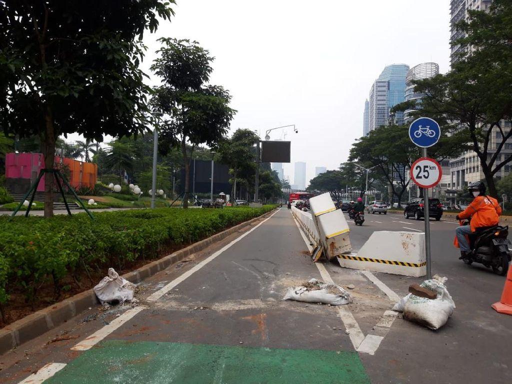 Mobil Tabrak Beton Jalur Sepeda di Sudirman, Pengemudi Diamankan