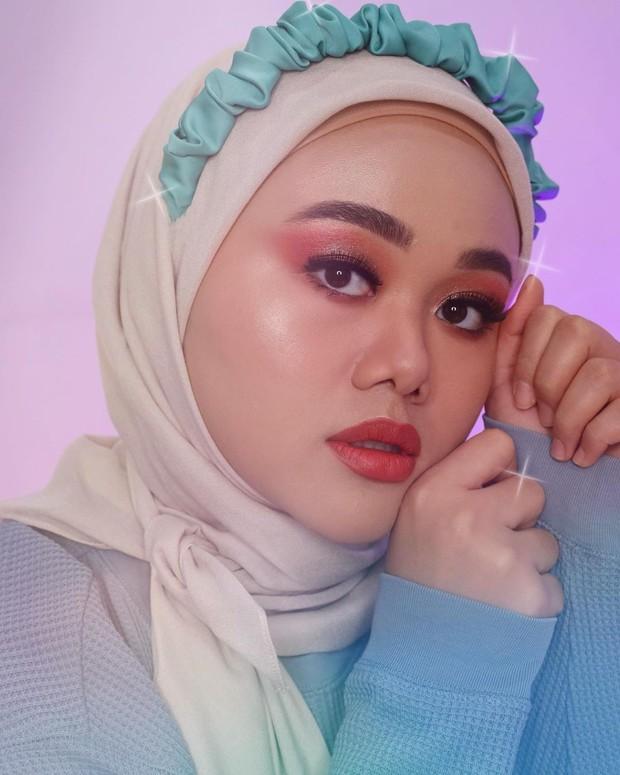 Colored Eyeshadow Makeup membuat wajah lebih berwarna dan segar /instagram.com/fatyabiya