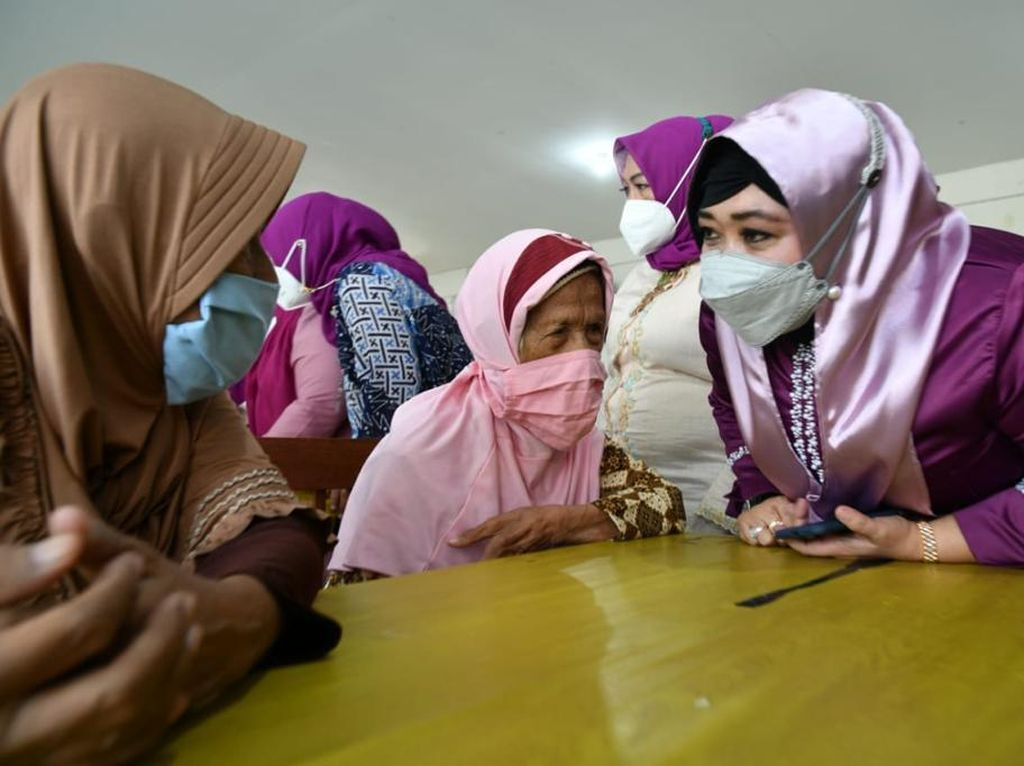 Peringati Hari Kartini, Waket DPRD Surabaya Hibur Lansia di Panti Jompo