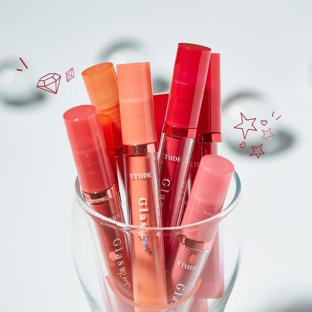 Brand ini memiliki produk lip tint, Glasss Rouge Tint yang akan mengilaukan tampilan bibir kamu dan melengkapi tampilan riasan kamu.