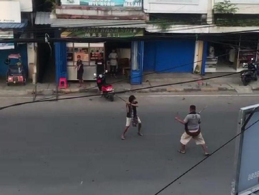 Viral! Dua Pria Bersajam Duel di Jalur Trans Sulawesi