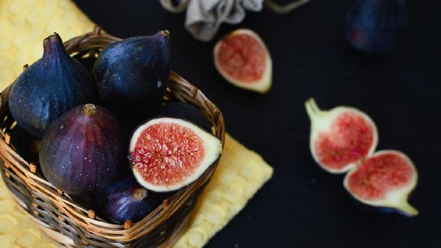 Fresh figs in a wooden basket. The concept of diet, healthy eating.