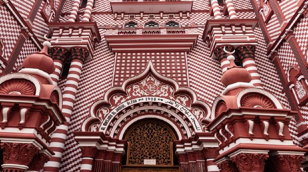 Sri Lanka's Red Mosque, or Jami Ul-Alfar Masjid, is one of the architectural wonders of the world. Situated in the bustling Pettah district, one of the oldest parts of the city of Colombo,Sri lanka