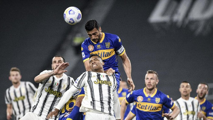 Juventus Alex Sandro, center, jumps for the ball with Parmas Graziano Pelle, top, and Juventus Leonardo Bonucci, left, during a Serie A soccer match between Juventus and Parma, in Turins Allianz stadium, Italy, Wednesday, April 21, 2021. (Piero Cruciatti/LaPresse via AP)