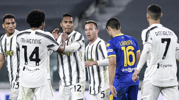 Juventus Alex Sandro, third from left, celebrates with teammates including Cristiano Ronaldo, right, after scoring the equalizing goal during a Serie A soccer match between Juventus and Parma, in Turins Allianz stadium, Italy, Wednesday, April 21, 2021. (Piero Cruciatti/LaPresse via AP)