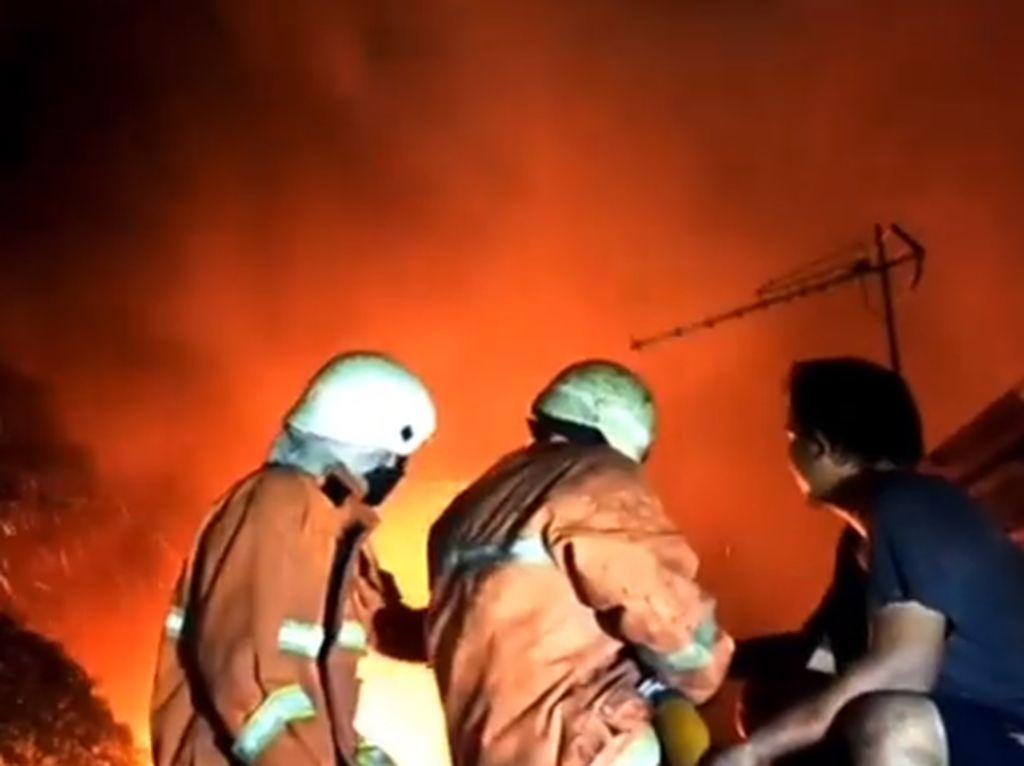Si Jago Merah Lahap Rumah Warga di Palmerah, 19 Unit Damkar Dikerahkan