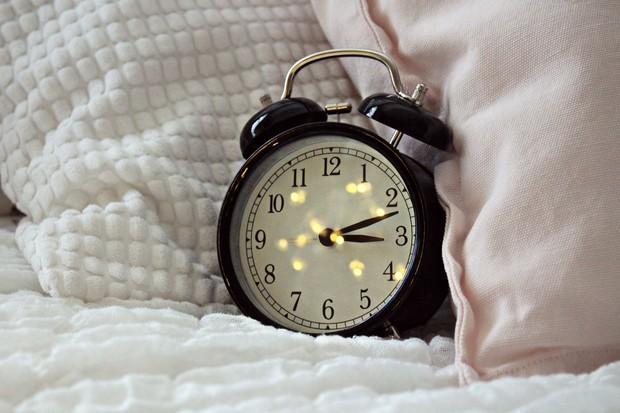 letakkan alarm jauh dari tempat tidur