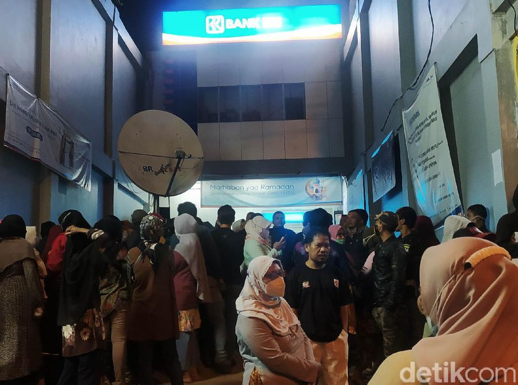 Jabar Banten Hari Ini: Bocah Dibully Pemuda Bogor-Warga Antre BLT Tengah Malam