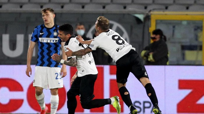 Spezias Diego Farias, center,  celebrates with teammates after scoring his sides first goal during  the Italian Serie A soccer match between Spezia and Inter Milan at the Alberto Picco stadium in La Spezia, Wednesday, April 21, 2021.  (Alfonso Cannavacciuolo/LaPresse via AP)