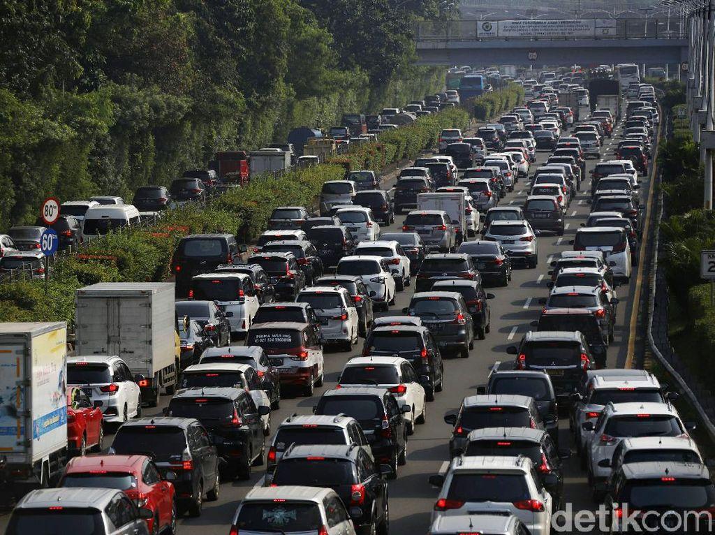 Masih Pademi, Jalan Tol Jakarta-Bogor Sudah Macet Lagi
