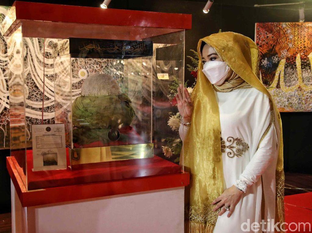 Antusias Pengunjung Melihat Artefak Nabi Muhammad