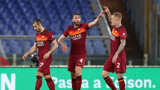 ROME, ITALY - APRIL 22: Bryan Cristante of A.S Roma celebrates after scoring their sides first goal with team mate Rick Karsdorp during the Serie A match between AS Roma and Atalanta BC at Stadio Olimpico on April 22, 2021 in Rome, Italy. Sporting stadiums around Italy remain under strict restrictions due to the Coronavirus Pandemic as Government social distancing laws prohibit fans inside venues resulting in games being played behind closed doors.  (Photo by Paolo Bruno/Getty Images)