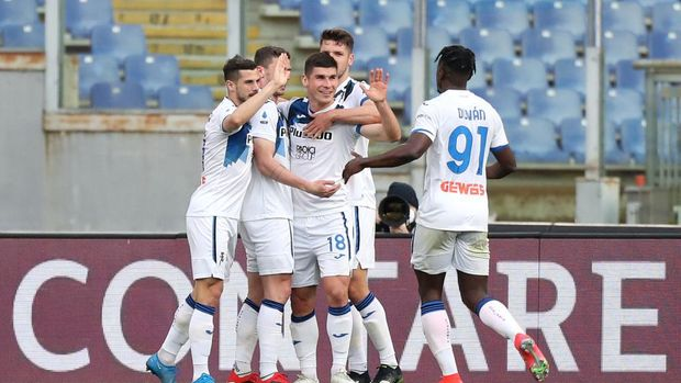 ROME, ITALY - APRIL 22: Ruslan Malinovskyi of Atalanta B.C. celebrates after scoring their sides first goal with team mates Berat Djimsiti and Duvan Zapata during the Serie A match between AS Roma and Atalanta BC at Stadio Olimpico on April 22, 2021 in Rome, Italy. Sporting stadiums around Italy remain under strict restrictions due to the Coronavirus Pandemic as Government social distancing laws prohibit fans inside venues resulting in games being played behind closed doors.  (Photo by Paolo Bruno/Getty Images)