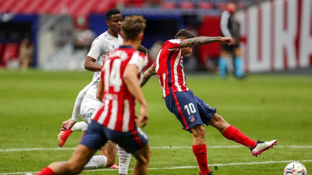 Atletico Madrid's Angel Correa, left, celebrartes after scoring his side's first goal during the Spanish La Liga soccer match between Atletico Madrid and Huesca at the Wanda Metropolitano stadium in Madrid, Spain, Thursday, April 22, 2021. (AP Photo/Manu Fernandez)