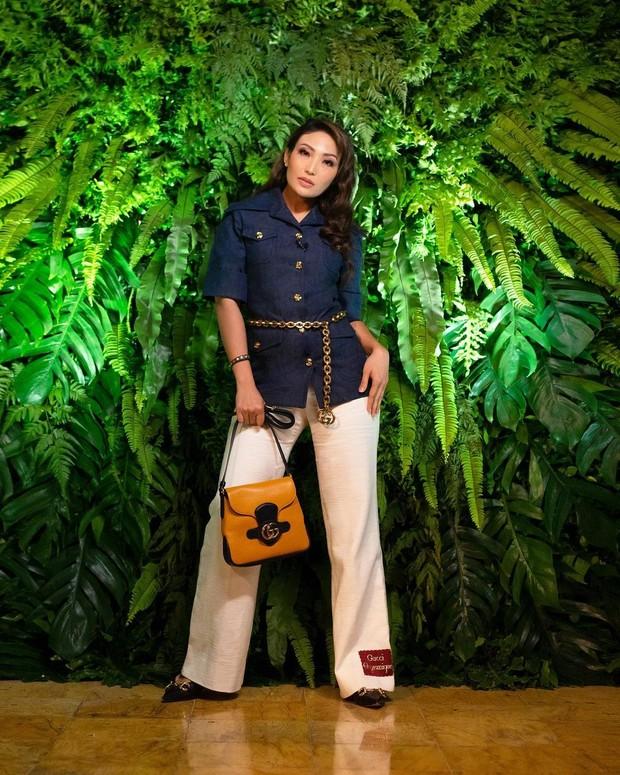 Ayu Dewi tampil dengan atasan jaket lengan pendek dan celana high waist /instagram.com/mrsayudewi