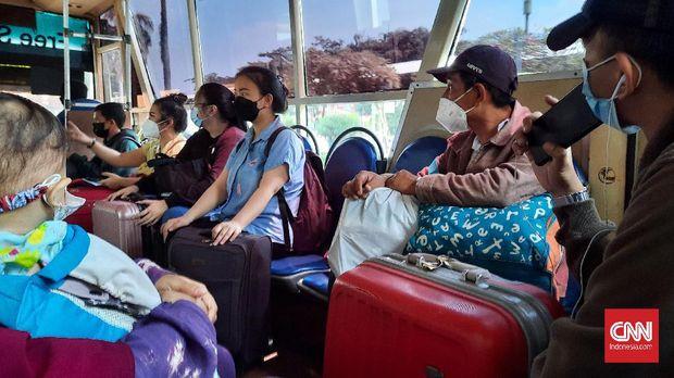 Calon penumpang di bandara Soekarno-Hatta jelang pelarangan mudik, Jumat (23/4). CNN Indonesia/Yulia Adiningsih