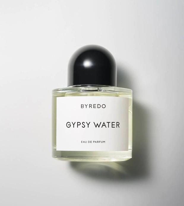 Gypsy Water menjadi salah satu parfum dari Byredo yang paling populer, karena aroma citrusnya yang tajam melebur menjadi woody powdery vanilla.