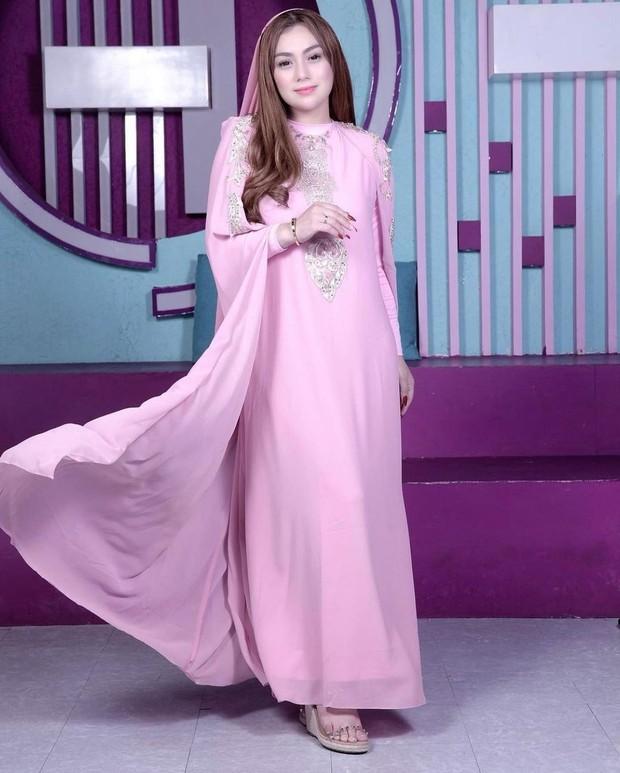 Celine Evangelista dengan kaftan pink beraksen payet/instagram.com/celine_evangelista
