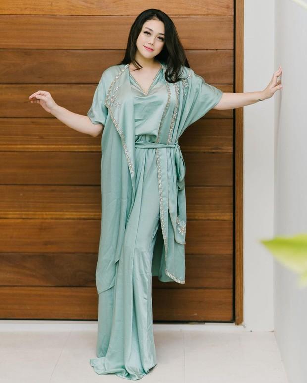 Celine Evangelista stunning dengan kaftan mode layering/instagram.com/celine_evangelista