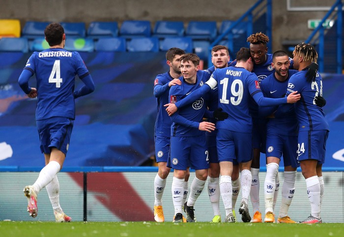 LONDON, ENGLAND - JANUARY 24: Tammy Abraham of Chelsea celebrates after scoring their sides first goal with team mates (L-R) Christian Pulisic, Billy Gilmour, Timo Werner, Mason Mount, Hakim Ziyech and Reece James during The Emirates FA Cup Fourth Round match between Chelsea and Luton Town at Stamford Bridge on January 24, 2021 in London, England. Sporting stadiums around the UK remain under strict restrictions due to the Coronavirus Pandemic as Government social distancing laws prohibit fans inside venues resulting in games being played behind closed doors. (Photo by Catherine Ivill/Getty Images)