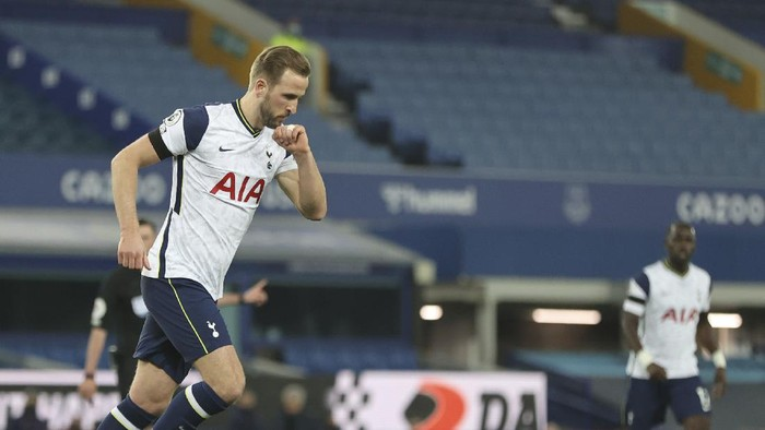 Tottenhams Harry Kane celebrates after scoring his sides second goal during the English Premier League soccer match between Everton and Tottenham Hotspur at Goodison Park in Liverpool, England, Friday, April 16, 2021. (Clive Brunskill/Pool via AP)