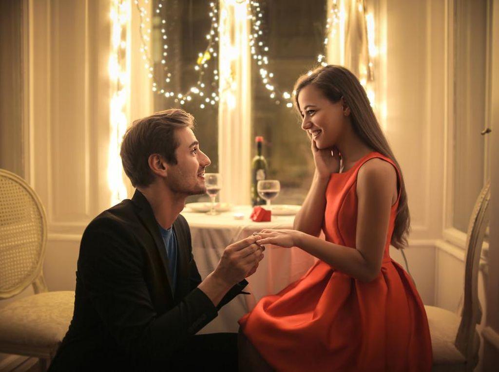 5 Cara Romantis Ajak Si Dia Menikah, Dijamin Jawabannya Ya!