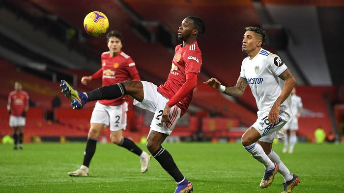 MANCHESTER, ENGLAND - DECEMBER 20: Aaron Wan-Bissaka of Manchester United is closed down by Raphinha of Leeds United during the Premier League match between Manchester United and Leeds United at Old Trafford on December 20, 2020 in Manchester, England. The match will be played without fans, behind closed doors as a Covid-19 precaution. (Photo by Michael Regan/Getty Images)